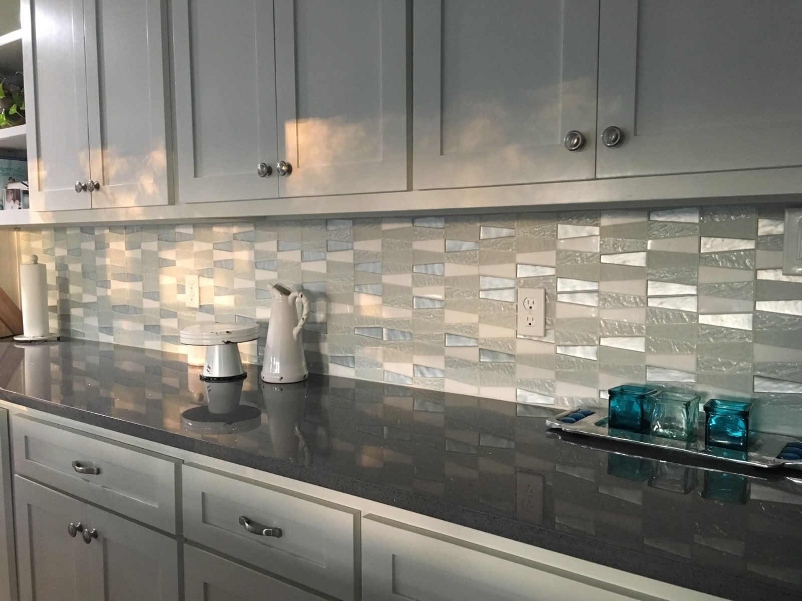09 2018 Glass pattern Kitchen Backsplash over Grey Quartz solid countertop